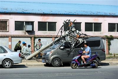 货车刮倒4根电线杆 致多车受损2人受伤