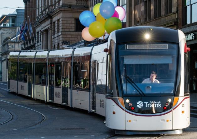 英国有轨电车架空电线遭气球缠绕被迫停运