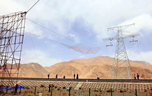 图为5月18日青藏联网工程电力线路跨越青藏铁路的施工现场.
