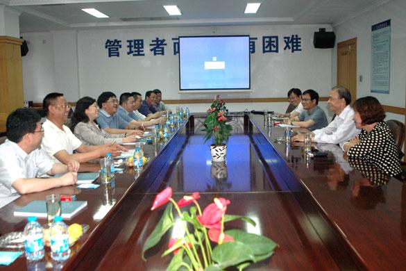 集团董事长,总经理丁山华,副总经理林岚,总经理助理唐春林在会议室图片
