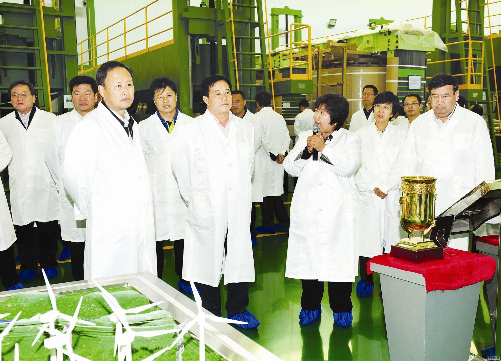 在特变电工总部科技研发基地的展板前,徐书记饶有兴致地观看起来.